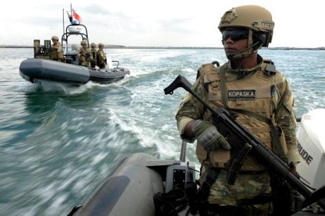 Sejumlah prajurit Detasemen Anti Teror Kopaska melakukan patroli di perairan Nusa Dua menjelang KTT APEC 2013, Nusa Dua, Bali, Jumat (27/9)