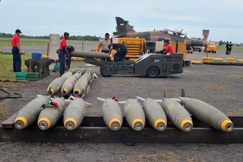Sejumlah petugas Lanud Palembang menyiapkan amunisi peluru bagi pesawat Hawk pada Latihan Jalak Sakti 2016 di Lanud Palembang, Senin (30/5).