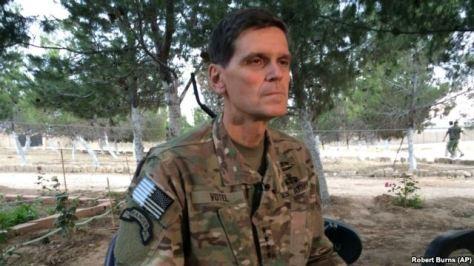 Jenderal Angkatan Darat Joseph Votel berbicara kepada wartawan dalam kunjungan diam diam ke Suriah
