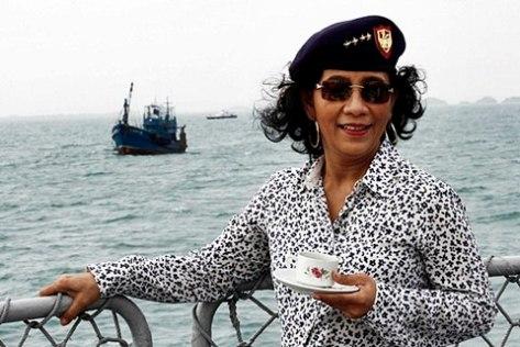 Menteri Kelautan dan Perikanan Susi Pudjiastuti menunggu detik-detik peledakan kapal nelayan asal Thailand di Selat Dempo, Kepri, Senin (9/2).