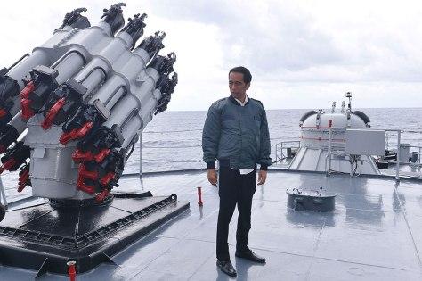 Jokowi dan rombongan di KRI Imam Bonjol 2