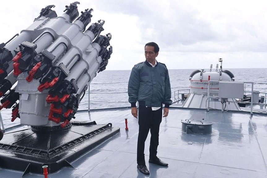 http://erabaru.net/wp-content/uploads/2016/06/Jokowi-natuna-KRI-696x475.jpg?e6e6d7