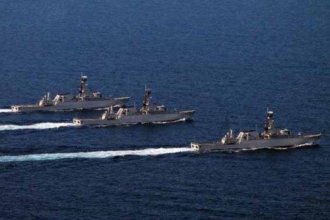 Sejumlah kapal perang milik TNI AL melakukan manuver saat latihan di perairan Laut Jawa, utara Semarang, Jawa Tengah, Minggu (28/9).