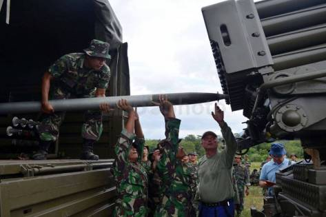 marinir-laksanakan-uji-coba-roket-mlrs-kal-122-mm-vampire-d7i_highres