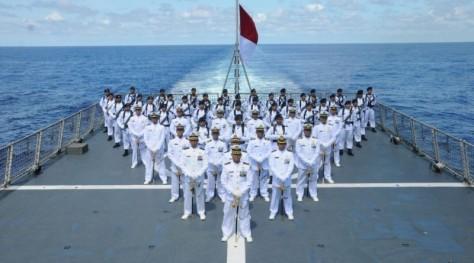 Prajurit KRI Diponegoro-365 upacara di tengah samudera pasifik