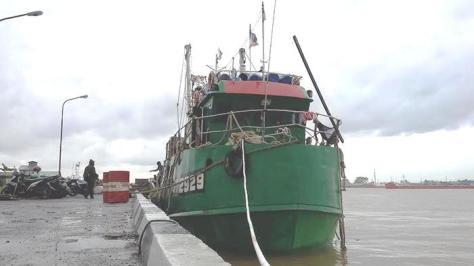 kapal-ikan-berbendera-malaysia-km-sf-1-2929-bersandar-di-dermaga-lantamal-xii-pontianak