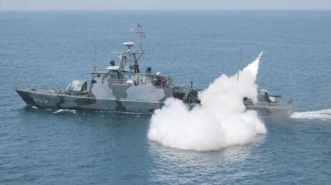 kri-layang-802-tembakkan-rudal-anti-kapal-c-802-tnial