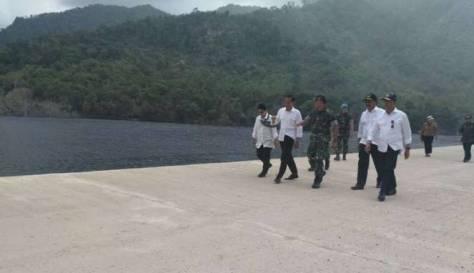 presiden-jokowi-meninjau-lokasi-pembangunan-pangkalan-militer-natuna-viva