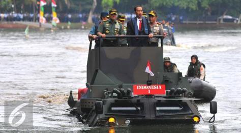 anoa-2-amphibious-dan-presiden-joko-widodo-ketika-membuka-rapim-tni-liputan6