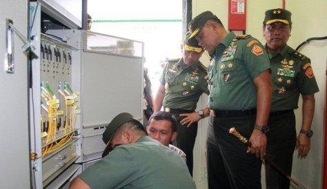 Panglima TNI Jenderal TNI Gatot Nurmantyo mengecek secara langsung server dan kabel fiber optik bawah laut milik perusahaan telekomunikasi PT. Sacofa asal Malaysia. (penum)