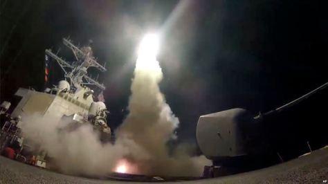 USS Porter meluncurkan Rudal Tomahawk ke wilayah Suriah di perairan laut Mediterania, 7 April 2017. (AP)