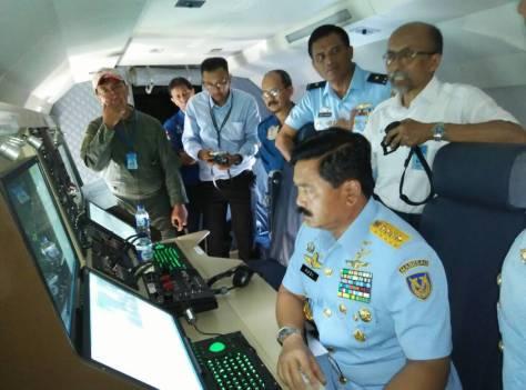 Kasau Marsekal TNI Hadi Tjahjanto S.IP,memperhatikan peralatan Mission Sistem Radar Pesawat CN 235-220 MPA pada kunjungan kerja ke PT.DI, Selasa ( 2 5 ).