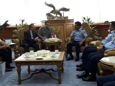Kepala Staf Angkatan Udara (Kasau) Marsekal TNI Hadi Tjahjanto bertemu dengan Duta Besar Rusia H.E. Mr. Mikhail Galuzinh. E. di Mabesau Cilangkap, Senin (8 5 2017). (TNI AU)