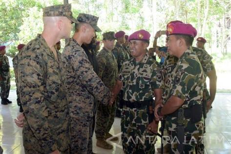 Komandan Pasmar-1 Brigjen TNI (Mar) Lukman bersalamn dengan perwakilan Marinir AS di Situbondo, Senin (1 5). (Antara)