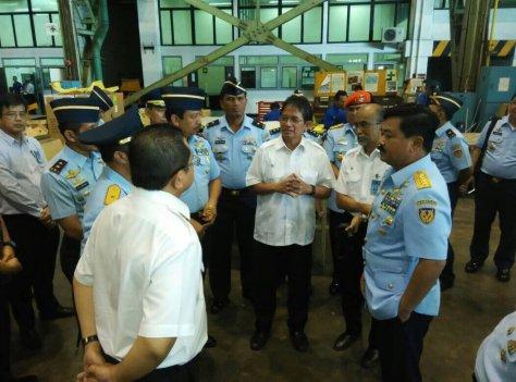 KSAU Marsekal TNI Hadi Tjahjanto melakukan kunjungan kerja ke PT. DI yang diterima oleh Direktur PT.DI DR. Budi Santoso di Bandung. 2
