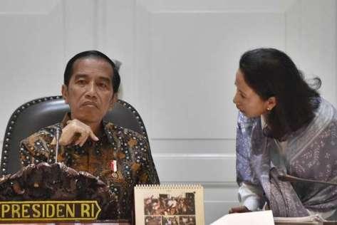 Presiden Joko Widodo (kiri) berbincang dengan Menteri BUMN Rini Soemarno (Antara)