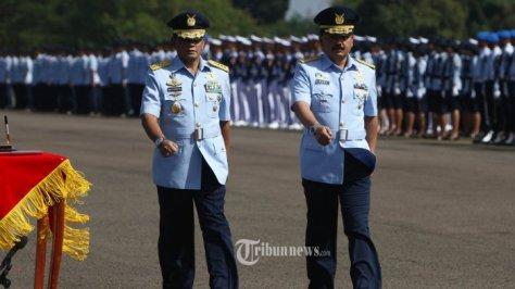 Kepala Staf TNI Angkatan Udara (Kasau) Marsekal Agus Supriatna bersama pejabat baru Kasau Marsekal Hadi Tjahjanto saat acara Sertijab di Lanud Halim Perdanakusuma, Jakarta, Jumat (200120