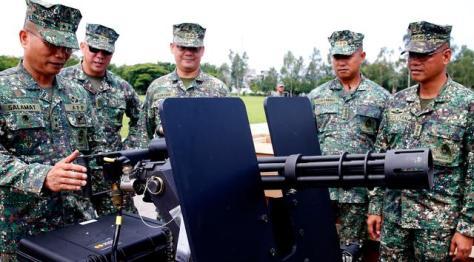 Mayjen Emmanuel Salamat memeriksa senjata militer baru pemberian AS di kota Taguig, Filipina (0506). (Bullit Marquez) 1