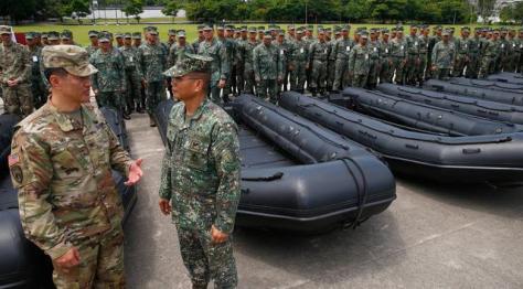 Mayjen Emmanuel Salamat memeriksa senjata militer baru pemberian AS di kota Taguig, Filipina (0506). (Bullit Marquez) 2