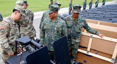 Mayjen Emmanuel Salamat memeriksa senjata militer baru pemberian AS di kota Taguig, Filipina (0506). (Bullit Marquez) 3