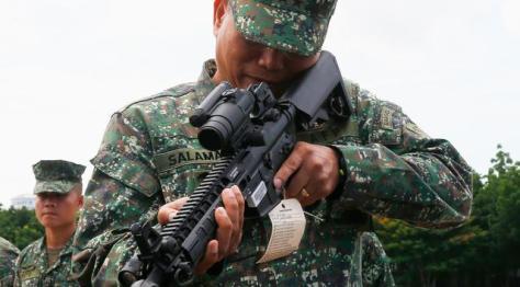 Mayjen Emmanuel Salamat memeriksa senjata militer baru pemberian AS di kota Taguig, Filipina (0506). (Bullit Marquez) 4