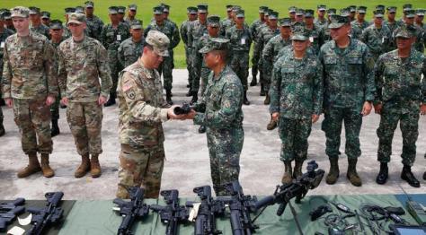 Mayjen Emmanuel Salamat memeriksa senjata militer baru pemberian AS di kota Taguig, Filipina (0506). (Bullit Marquez)