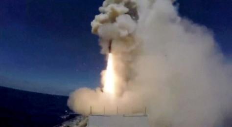 Misil diluncurkan dari kapal selam Rusia di Laut Tengah ke target ISIS di dekat Palmyra (31052017). (Reuters)