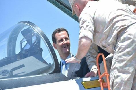 Presiden Suriah Bashar al-Assad mencoba menjadi pilot jet tempur Su-35 Rusia saat mengunjungi pangkalan udara Khmeimim di Suriah. (Facebook Kepresidenan Suriah)
