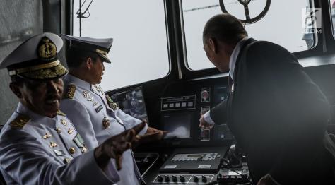 Kepala Staf Angkatan Laut (Kasal) Laksamana TNI Ade Supandi meninjau ruang kemudi armada baru KRI Kurau 856. (Liputan6) 1