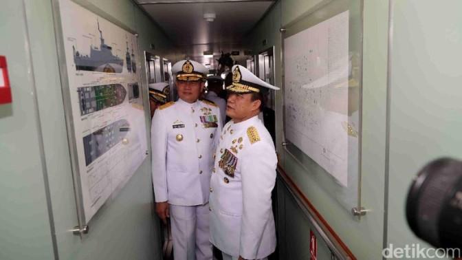 Laksamana TNI Ade Supandi Meninjau Ruang Kemudi KRI Kurau 856 (Photo)