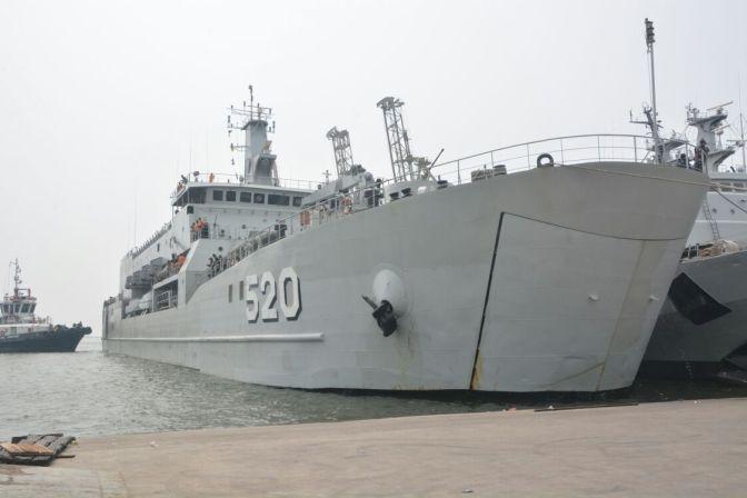 KRI Teluk Bintuni -520 Bersandar Di Pelabuhan Tenau Kupang