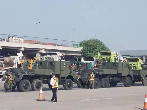 M109A4, Sherpa, dan M113 tiba di Pelabuhan Tanjung Priok (25072017). (defence.pk) 3