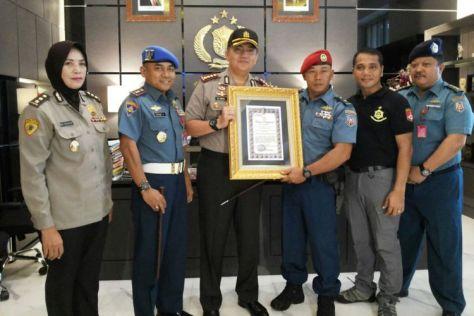 Mayor Laut (P) Tunggul Waluyo (ketiga dari kanan) mendapatkan penghargaan dari Polrestabes Surabaya. (Kompas)