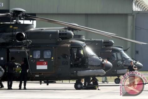 Personel Angkatan Udara Singapura dari Republic of Singapore Air Force (RSAF) bersiap untuk melakukan latihan militer bersama TNI AU Lanud Roesmin Nurjadin di Lanud Roesmin Nurjadin Peka