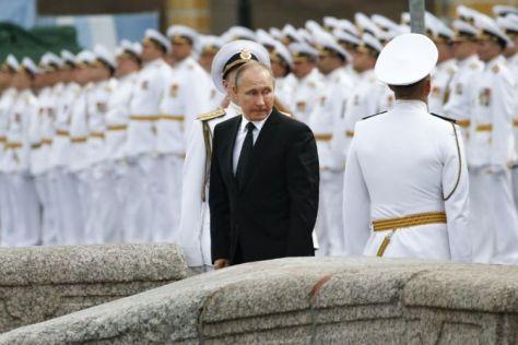 Presiden Vladimir Putin hendak meninggalkan arena parade militer di St Petersburg, Minggu (30072017). (AFP )