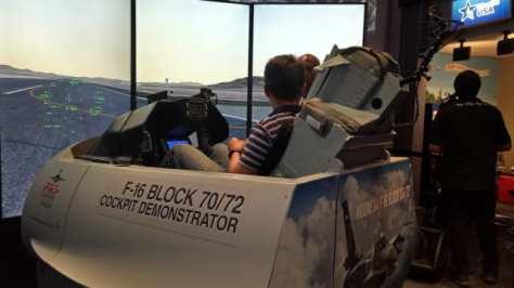 Simulator Pesawat F-16 Milik AS. (Kumparan)