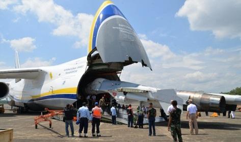 Antonov 124-100M-150 International Cargo Transporter milik Rusia tiba di Lanud Sultan Hasanuddin, Makassar pada Kamis siang (03082017).