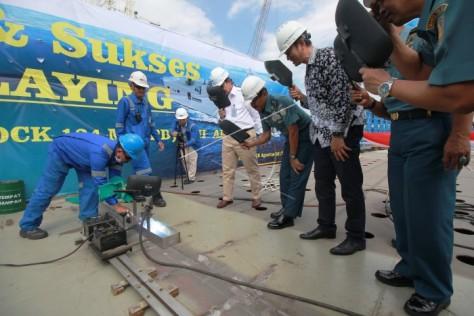 Aslog Kasal Laksamana Muda TNI Mulyadi (ketiga kanan) menyaksikan pengelasan kapal saat pelaksanaan peletakan lunas (keel laying) kapal, Senin (2808).