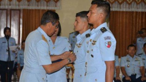 Dua Lulusan Terbaik Sekolah Penerbang TNI AU 2017