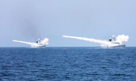 Kapal perang Angkatan Laut Tiongkok menembakkan misil saat latihan perang di perairan Laut Tiongkok Timur pada Senin (0708) pekan lalu. (Reuters)