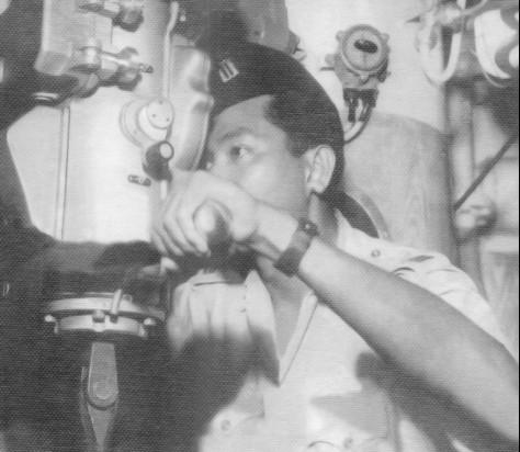 Komandan RI Tjakra - 40, Mayor Laut R.P.Poernomo sedang patroli dan observasi di periskop RI Tjakra 401 dalam rangka memperingati hari Angkatan Perang RI, Oktober 1959 di Teluk Jakarta
