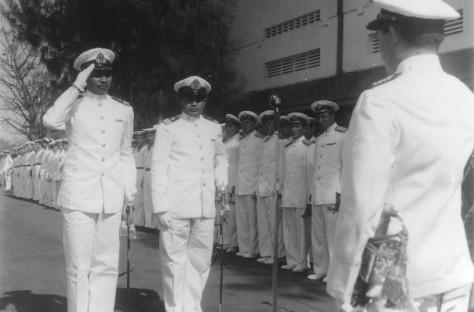Komandan RI Tjakra dan Komandan RI Nanggala dalam upacara penyerahan dua kapal selam kepada KSAL R.E. Martadinata di Komando Armada Surabaya, 1959. (Dispen ALRI)