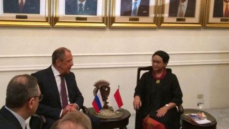 Menteri luar negeri Retno Marsudi menerima sejawatnya dari Rusia, menlu Sergey Lavrov, di jakarta. (BBC)