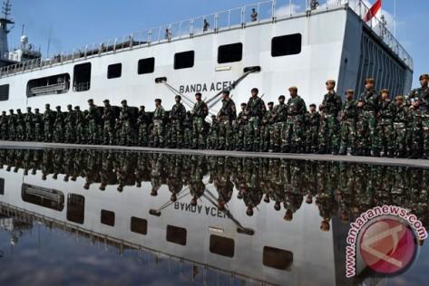 prajurit TNI mengikuti upacara pemberangkatan Pasukan Pengamanan Perbatasan (Pamtas) Republik Indonesia (RI) dan Papua Nugini (PNG) di Dermaga Pelabuhan Tanjung Emas, Semarang, Jawa Teng