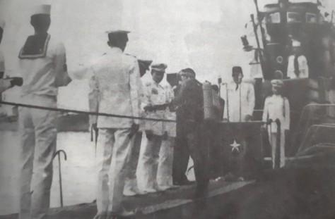 Presiden Sukarno di atas geladak RI Tjakra menyaksikan penyerahan brevet melalui Letnan Kolonel RP Poernomo. (Dispen ALRI)