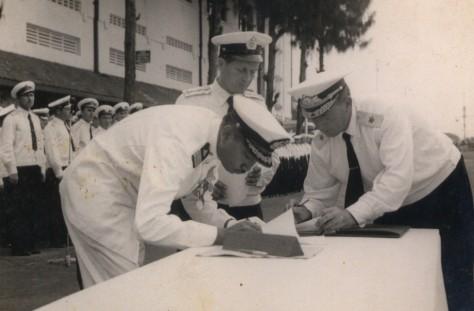 Upacara penyerahan dua kapal selam ALRI, yakni RI Tjakra dan RI Nanggala, dari pemerintah Uni Soviet kepada pemerintah Indonesia, 12 September 1959, di Surabaya. (ALRI)