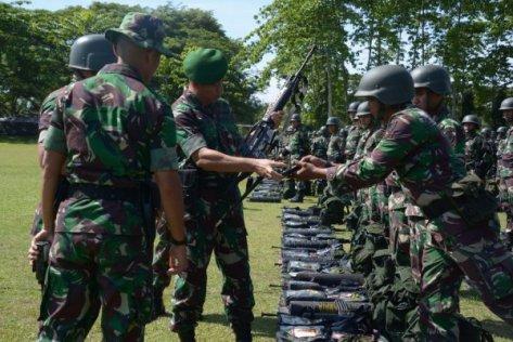 Danrem 011 Lilawangsa Memeriksa Kelengkapan Prajurit TNI-AD di Makoyonif 113 Bireun, Selasa (5 9).sebanyak 750 Prajurit TNI ini akan digembleng menjadi Pasukan raider di Pusdiklat Batuja