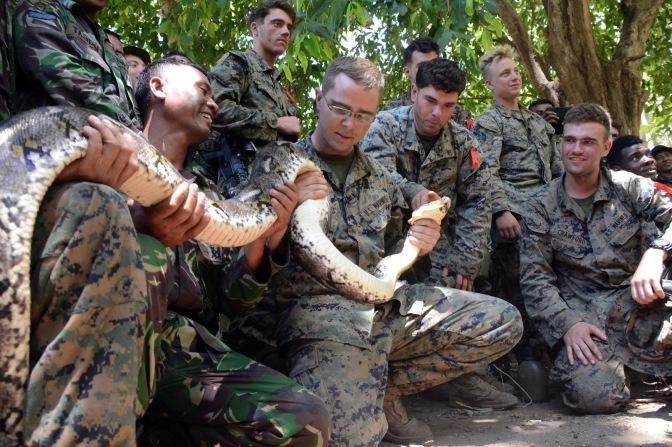 Marinir Indonesia Ajari Marinir Amerika Bertahan Hidup Di Hutan