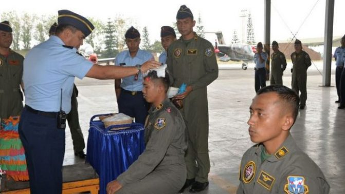 Danlanud Sematkan Badge ke Pilot Super Tucano