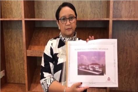 Menteri Luar Negeri Retno LP Marsudi menunjukkan gambar tampak depan Rumah Sakit Indonesia di Myanmar. (ANTARA)